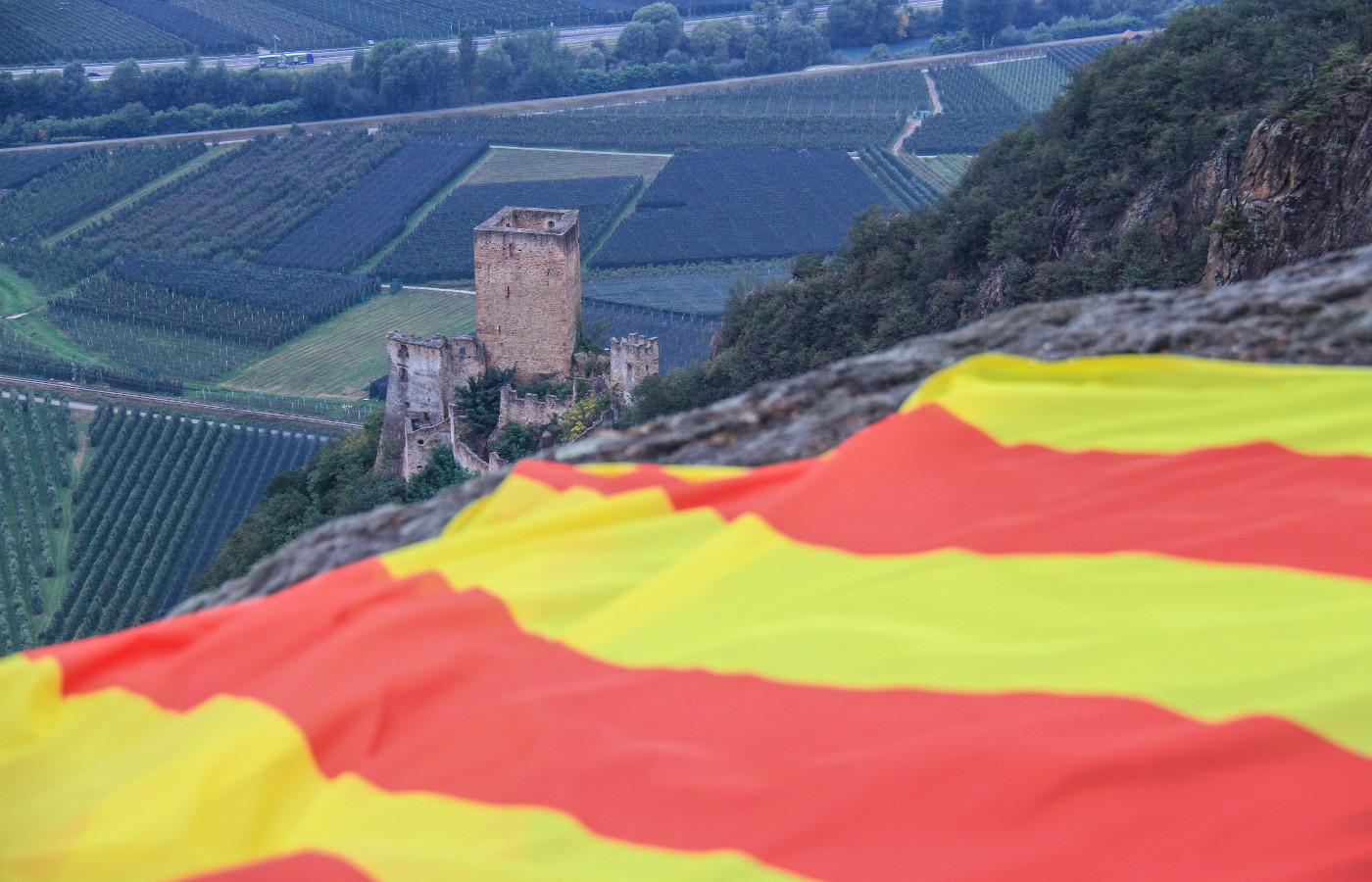 Schützen hissen katalanische Fahne