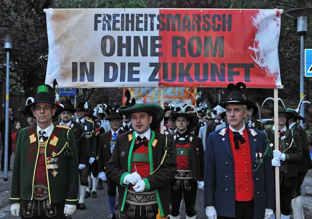 """Freiheitsmarsch in Bozen: Über 6.000 Menschen fordern """"LOS VON ROM"""""""