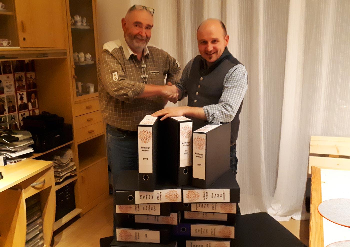 Bezirksmajor a.D. Helmut Gaidaldi übergibt Archiv