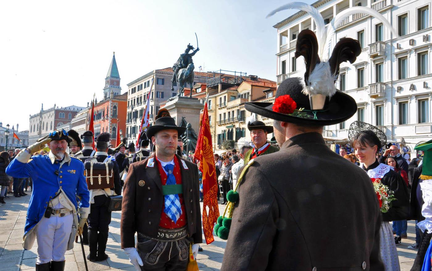 Tiroler Schützen am Grab des Heiligen Markus in Venedig