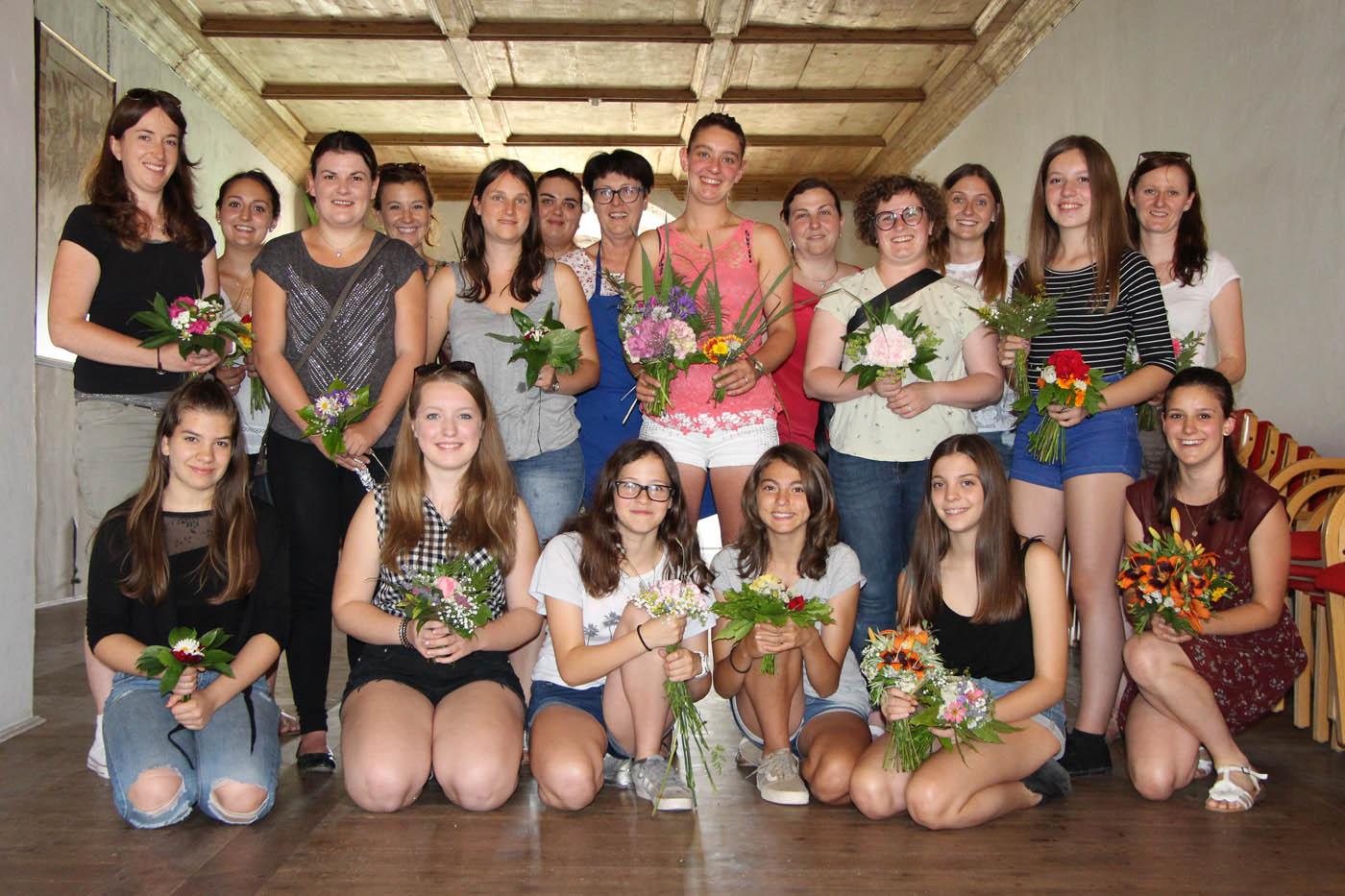 Blumensteckkurs der Marketenderinnen des Bezirkes Südtiroler Unterland