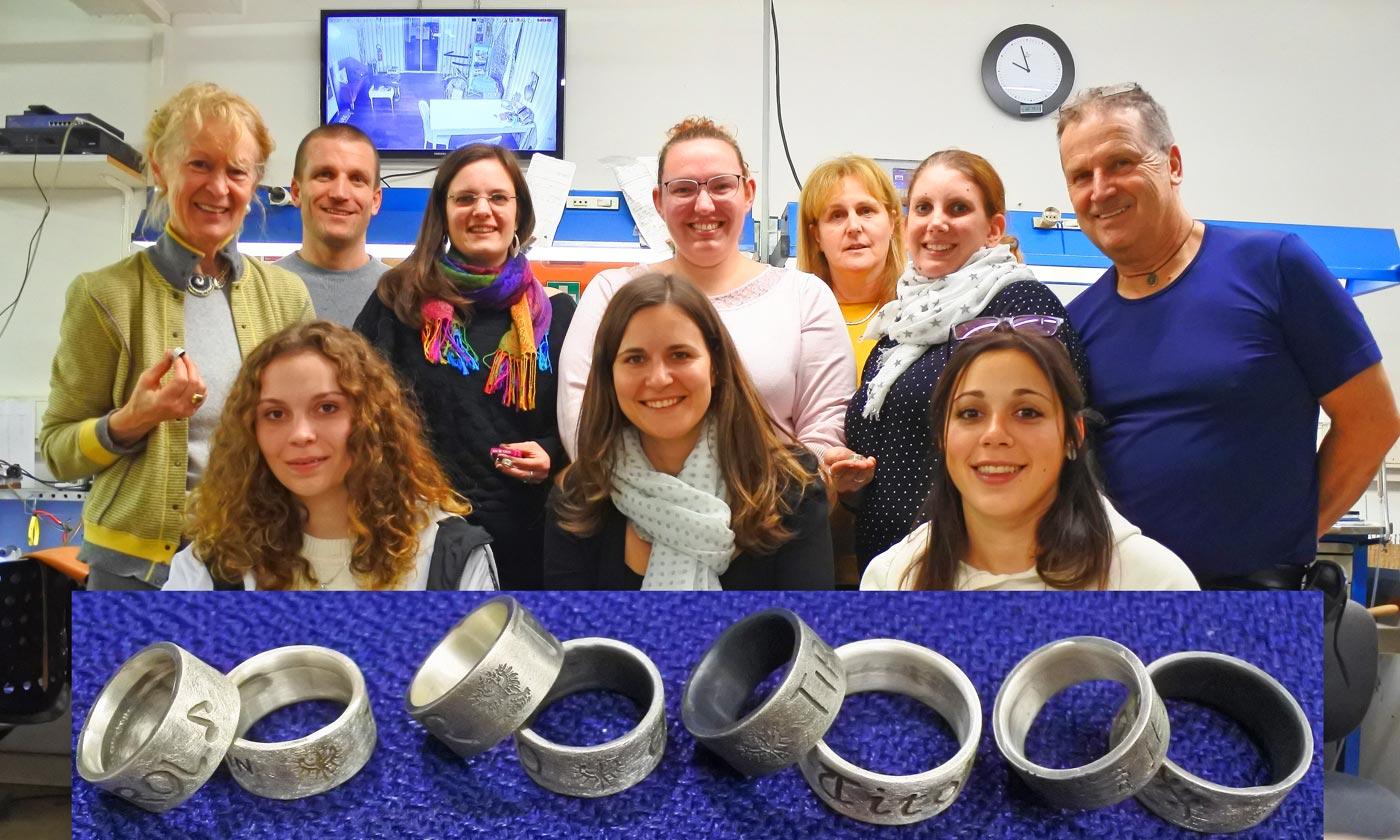 Marketenderinnen fertigen Ringe für Trachtenflor